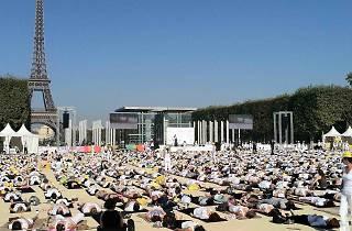 Yoga Paris journée mondiale postures positions