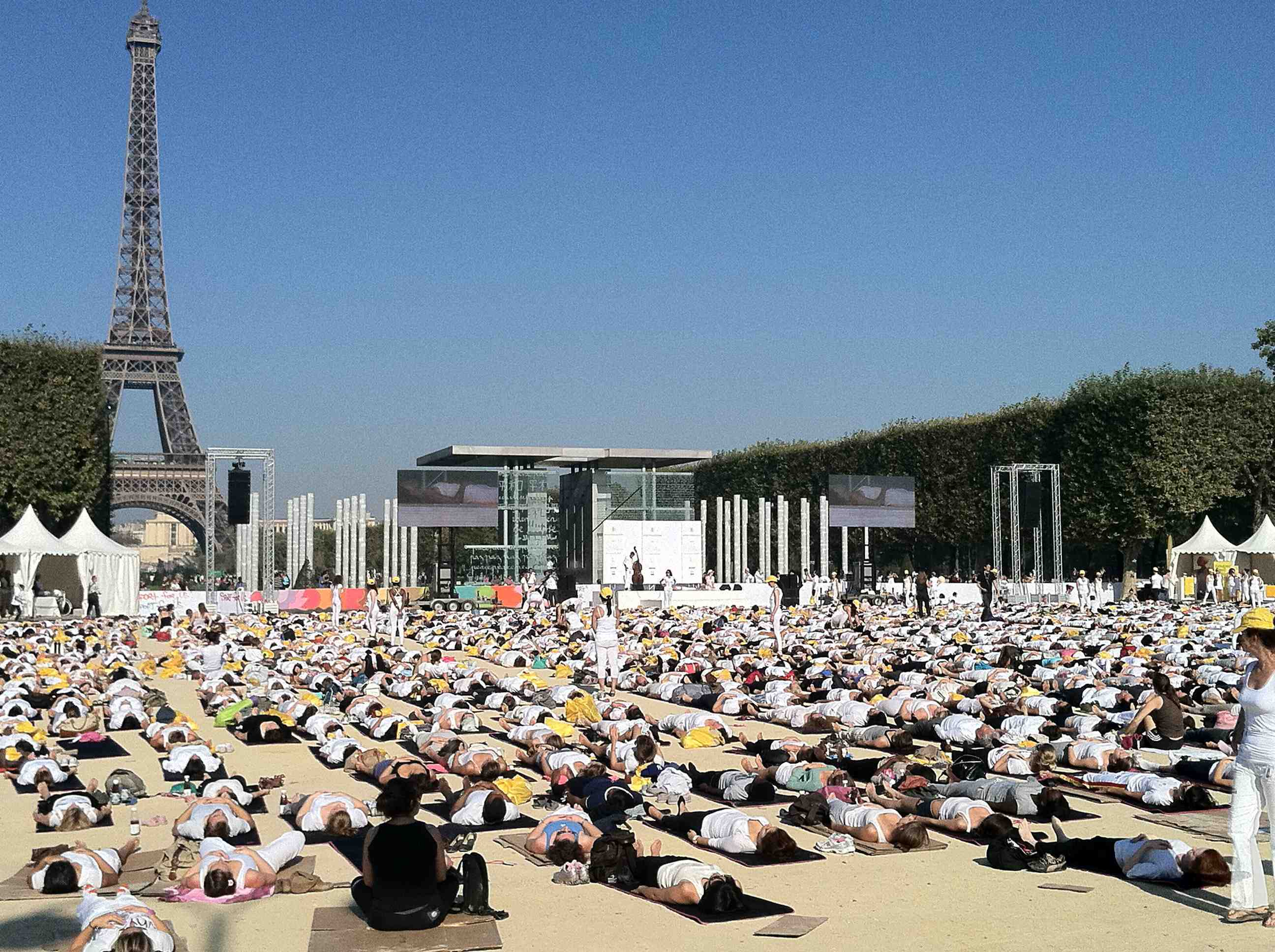 Yoga Paris journée mondiale postures positions