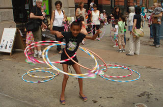 Torly Kid store, workshop to make friendship bracelets and hula hoop competition