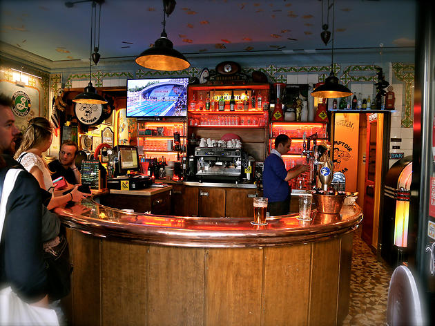 The best sports bars in paris bars pubs time out paris - Construire un comptoir de bar ...