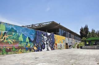 El patio del faro de oriente con un mural.