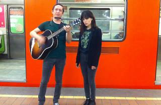 Love La Femme toca en el metro del DF