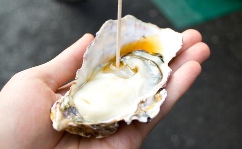 Savourer une huître crue au petit marché Tsukiji