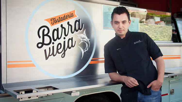 Edgar Núñez, chef de Sud 777, en su food truck Barra Vieja