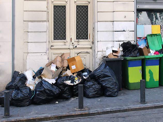 Bosses d'escombraries al carrer