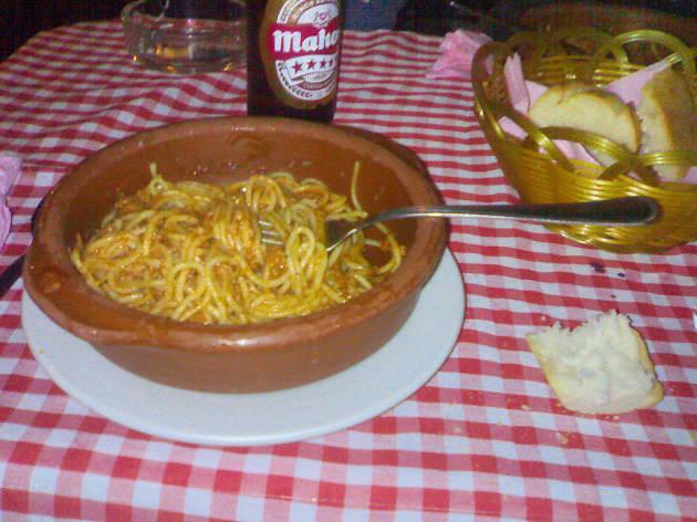 Comer espaguetis a las cinco de la mañana