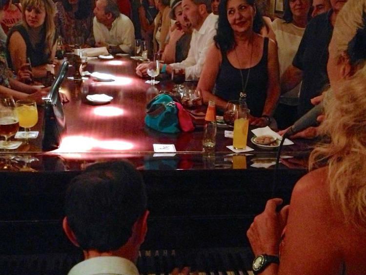 Vive una noche eterna en el mítico piano-bar Toni2