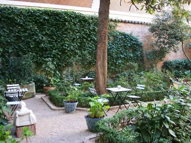 Comer tarta en el Café del Jardín del Museo del Romanticismo