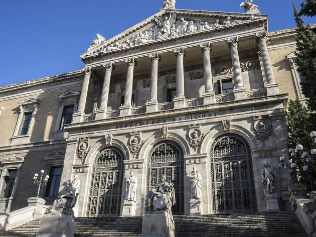 Rodearse de sabios en las escalinatas de la Biblioteca Nacional
