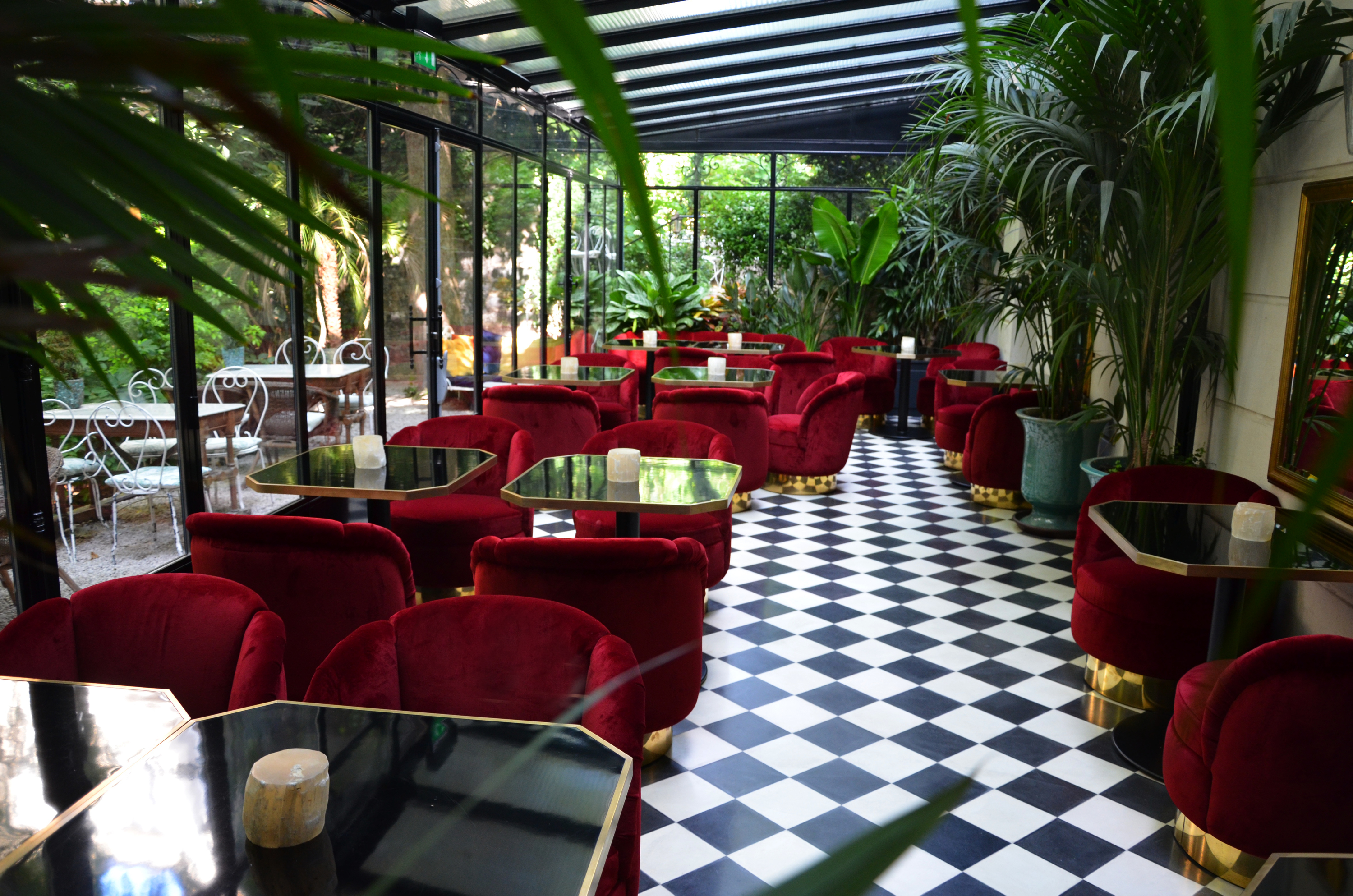 Le tr s particulier bars and pubs in montmartre paris for Restaurant dans jardin paris