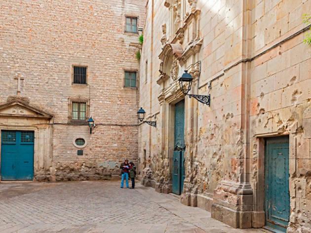 Pasear por Sant Felip Neri, la plaza más bonita de Barcelona