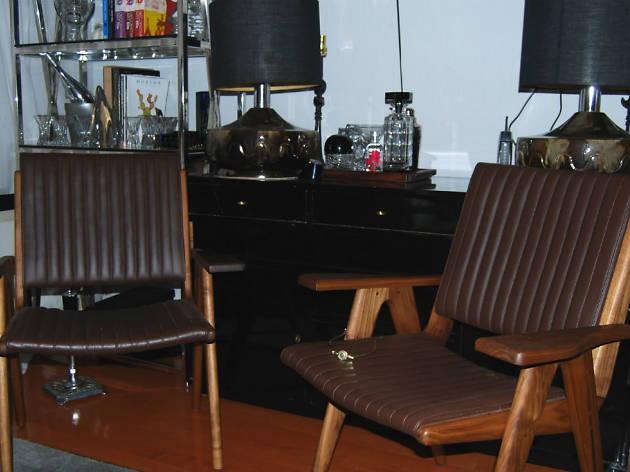 Un par de sillas en Modernismo, una galería de diseño del siglo XX.