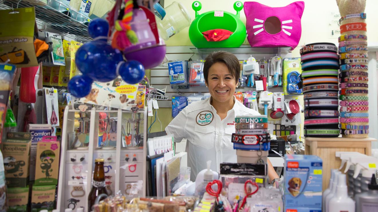 Cristina Olivares propietaria de Huellas Pet Shop