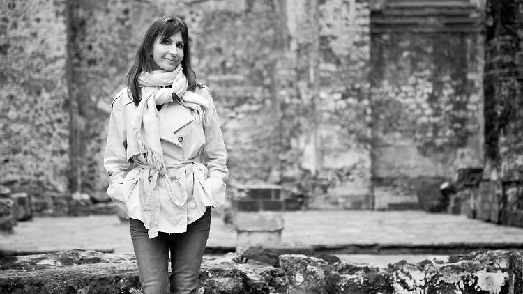 Hablamos con la autora chilena para desentrañar los enigmas de Contigo en la distancia.