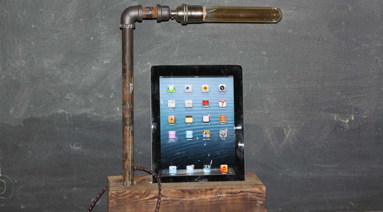 Una lámpara que carga un iPad de la marca Osadía.