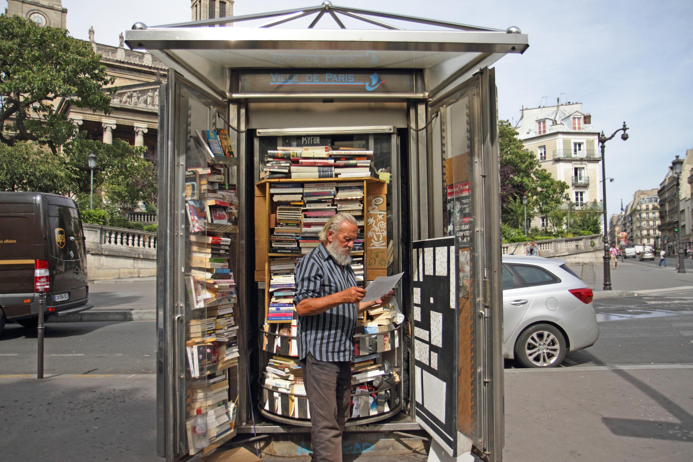 Bolek libraire de rue kiosque camelot portrait de Parisien