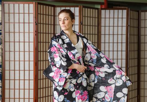 How to tie a yukata, step 1