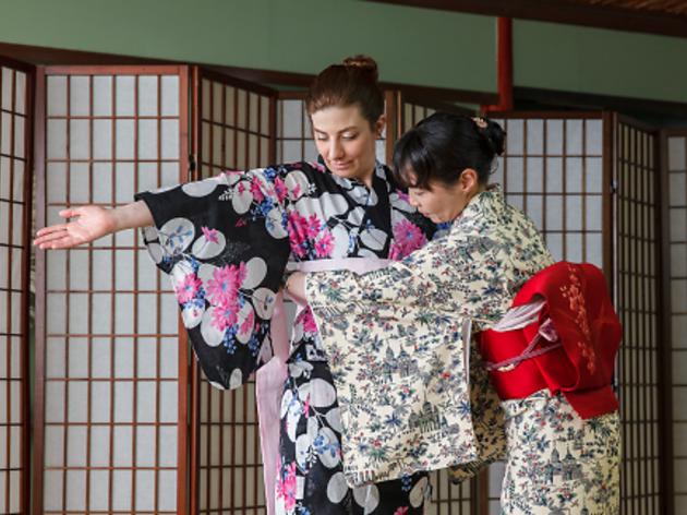 How to tie a yukata, step 3