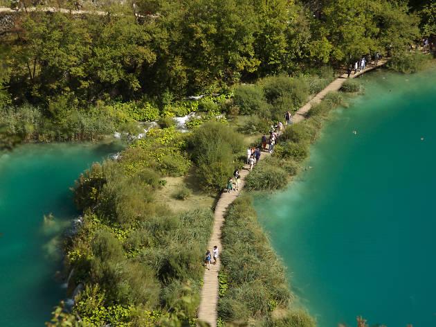 プリトヴィツェ湖群に見とれる。