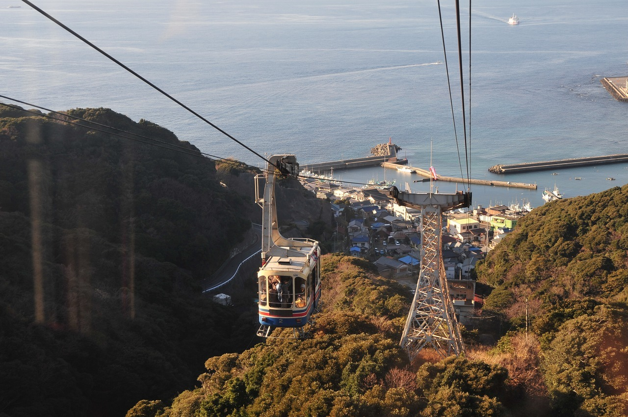 Take a cable car up Sawteeth Mountain
