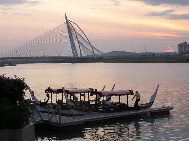 Take a cruise around the lake