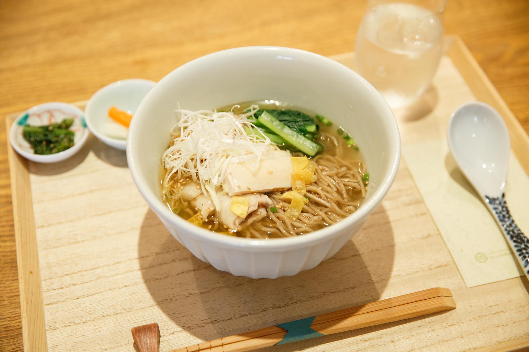 はしづめ『蒸し鶏のネギ油がけ温麺』(1,200円)