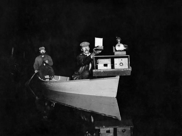 L'intérieur de la nuit (George Shiras, George Shiras et John Hammer à bord de leur canoë équipé pour le jacklighting, Whitefish Lake, Michigan, 1893 © National Geographic Creative Archives)