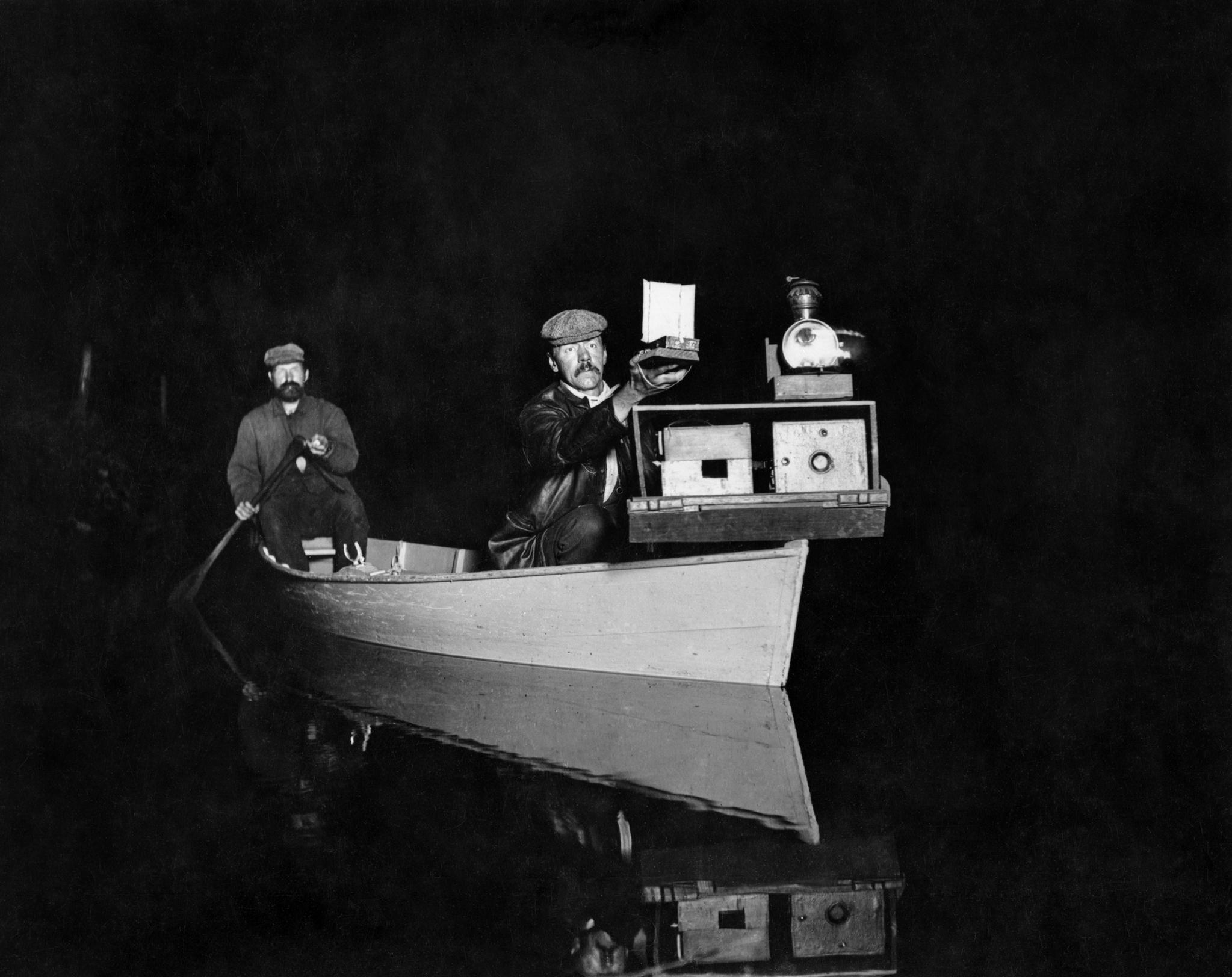 (George Shiras, George Shiras et John Hammer à bord de leur canoë équipé pour le jacklighting, Whitefish Lake, Michigan, 1893 © National Geographic Creative Archives)