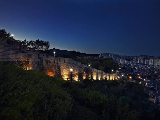 서울 성곽에 기대어 걷는 밤산책