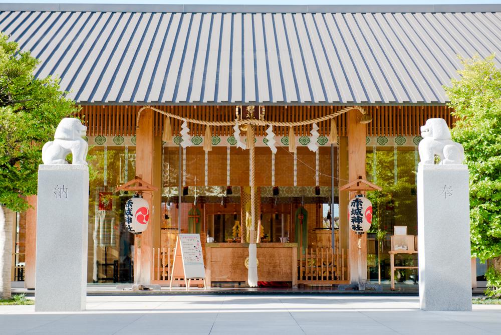 モダンな神社に長居する。