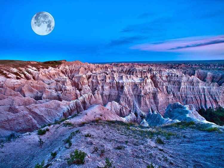 South Dakota: See a full moon in Badlands National Park