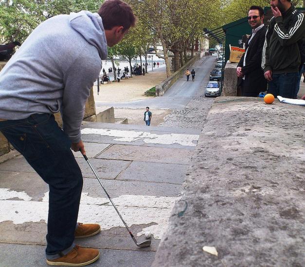 Faire du golf dans les rues