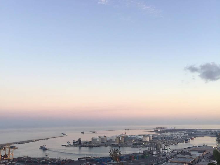 Disfrutar de las vistas del puerto desde La Caseta del Migdia
