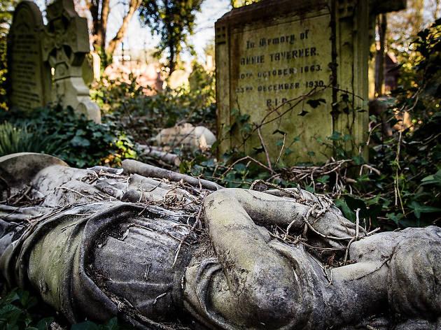 fallen statue, abney park cemetery