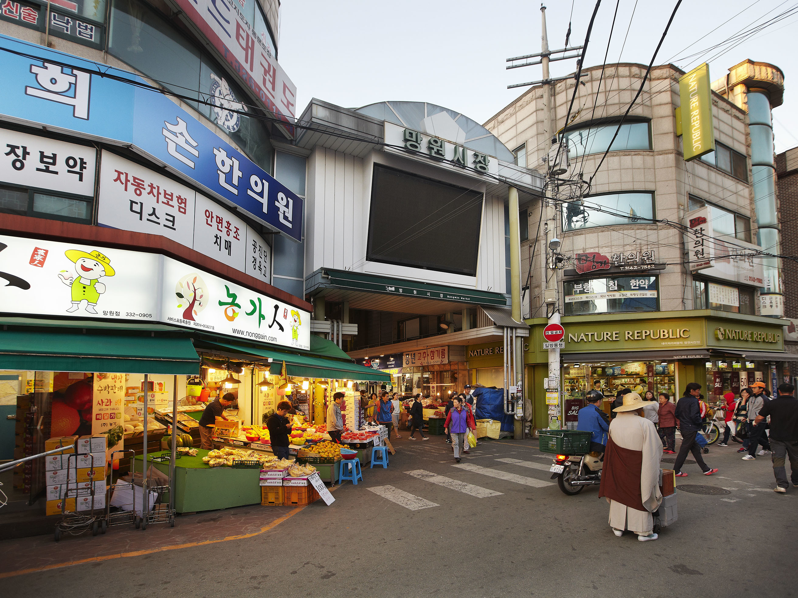 Enter snack heaven for just 10,000 won