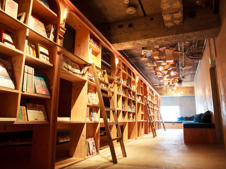 本の隙間で眠る。