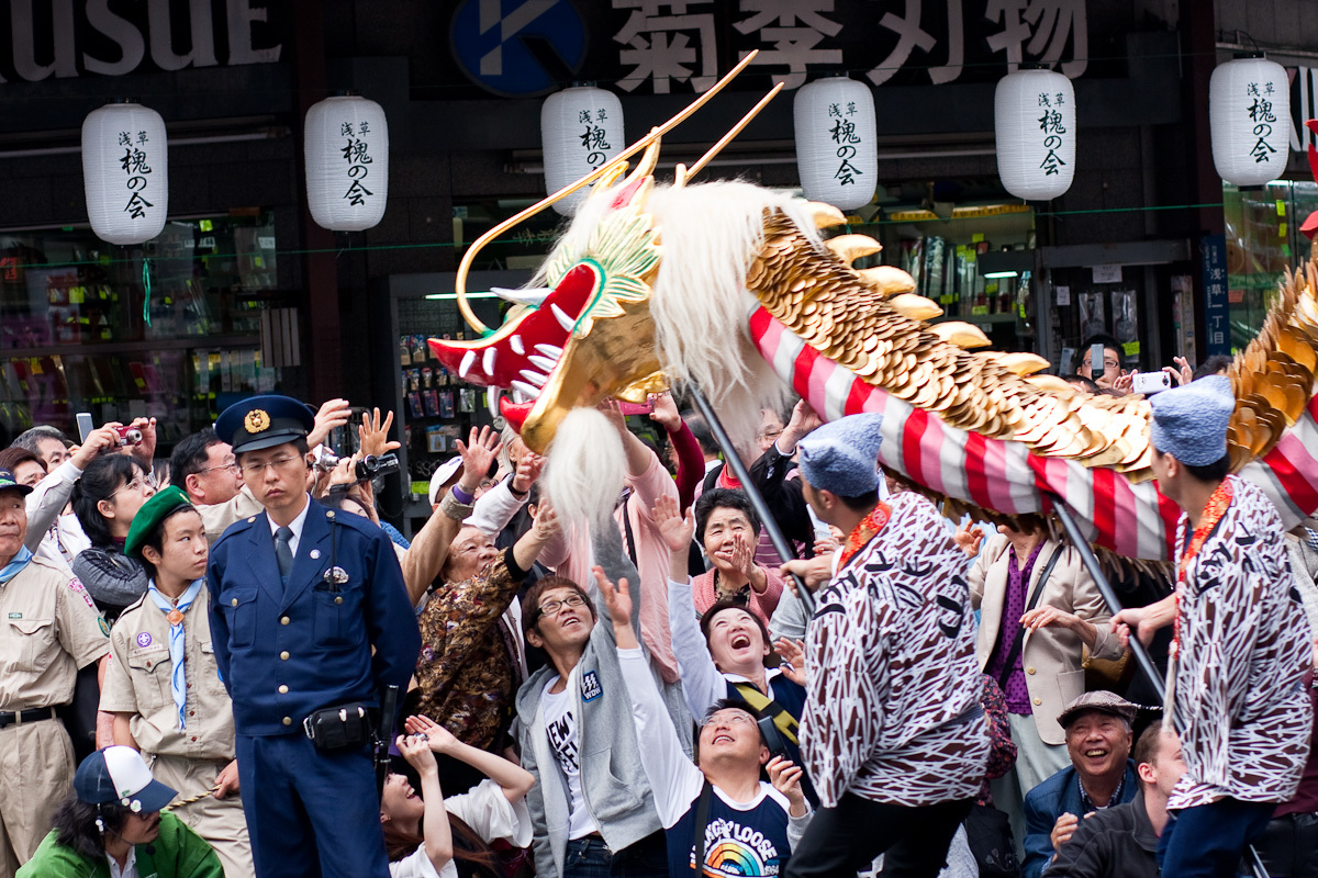 生き生きとした伝統的な祭りが一年中開催される