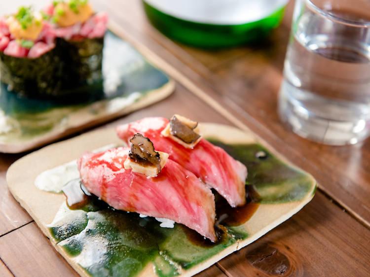 肉寿司を食べまくる。