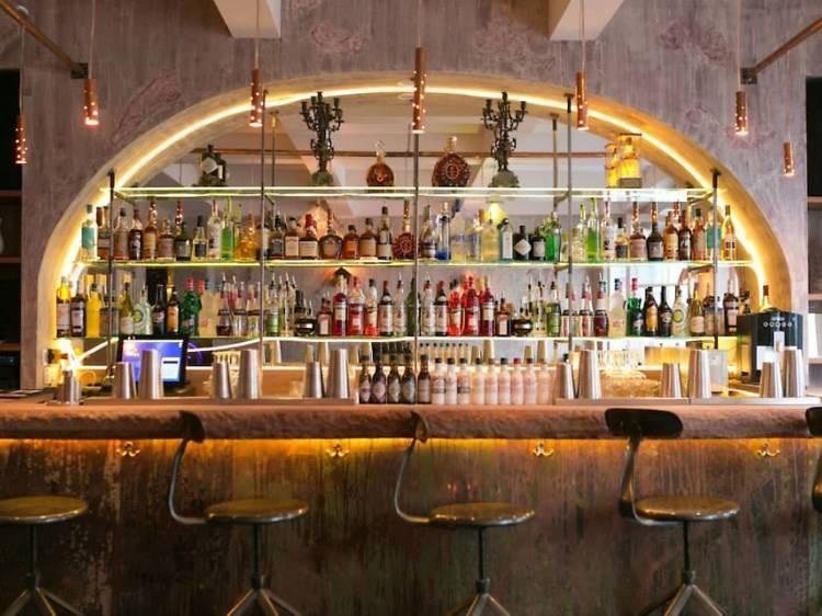 Bar à cocktails élégant • Le 153