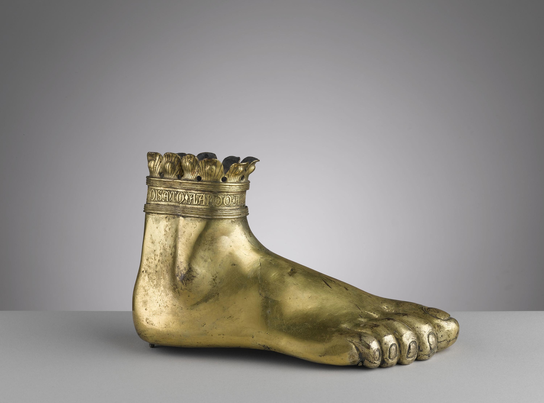 Pied-reliquaire de Saint Adalhard, Italie XIVe siècle cuivre embouti, gravé, ciselé, doré 12,4 x 20,8 cm Paris, Musée de Cluny, musée national du Moyen Age