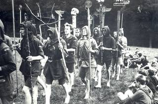 (Kibbo Kift Kindred, men and boys on camp parade with totems, 1925. Image courtesy of Kibbo Kift Foundation. © Kibbo Kift Foundation)