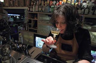 boomerang bar à cocktails serveuse bartender barman