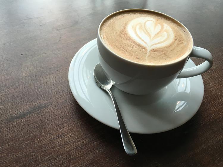 Se réchauffer autour d'une grande tasse de café