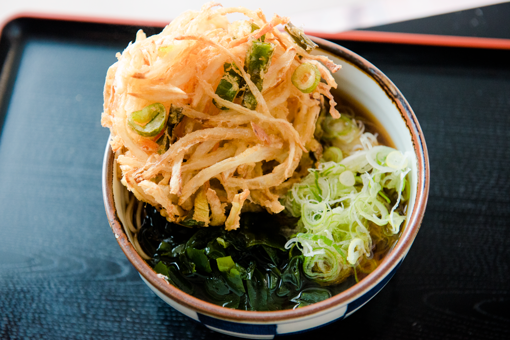 蕎麦とかき揚げとカレーライスのセットは380円で食べる。