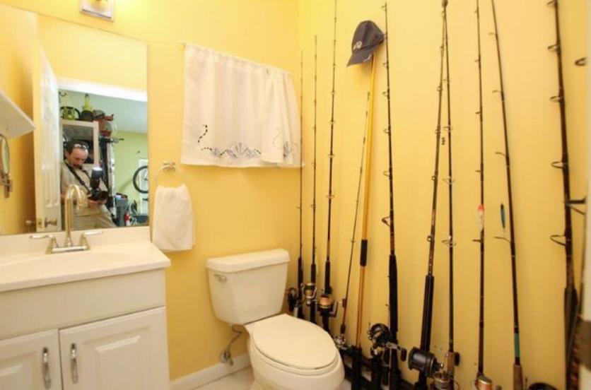 lavabo amb canyes de pescar