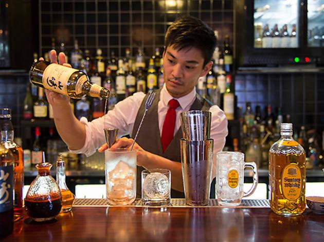 Tokyo_Bird--bartender+measuring.jpg
