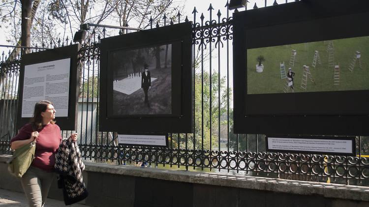 Yoko Ono en las rejas de Chapultepec
