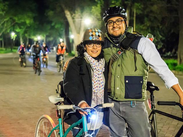 Paseo nocturno en bicicleta Amor y Amistad en la Ciudad de México