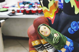 Esculturas de manos de gran formato son exhibidas en Antara