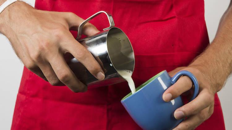 Cafes - barista pour